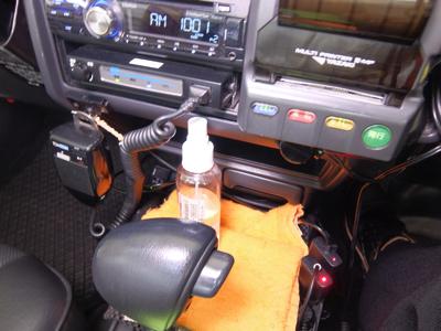 車内にはアルコール消毒液を常備し、乗務員はもちろんお客様が手指消毒を希望される場合はご利用いただいています。