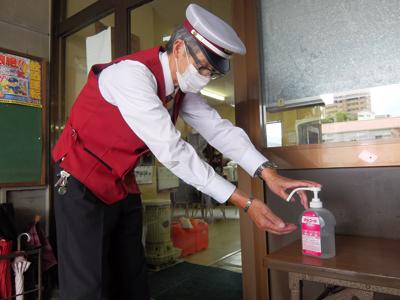 営業所出入り口にはアルコール消毒液を設置しています。